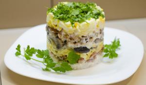 Салат с куриным филе и жареными грибами