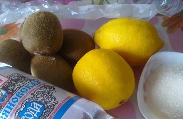 Простой лимонад из киви и лимона